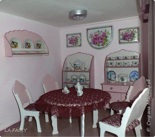 """Когда ремонт в кукольном домике закончен, а в каждой комнате достаточное количество мебели, настаёт пора обустройства уюта в каждой из комнат. Сегодня я расскажу о мелочах для полноценной кукольной жизни, тех, что я сделала для своего домика. Кукольную мебель для своего домика я мастерила из фанеры и задумала её такой, какой посчитала нужной для своих кукол - мебель получилась большая, поэтому и """"мелочёвку"""" в домик я придумывала и делала сравнительно большого размера. фото 29"""