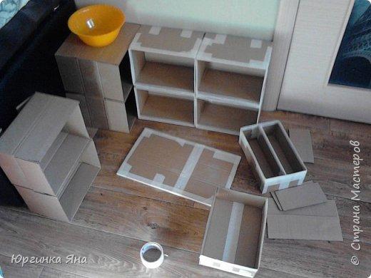 Сегодня я покажу Вам детскую кухню из картонных коробок. Фотографировала на телефон, поэтому качество не очень, но что-то видно. Сначала решила купить, оказалось что ящик из дерева с мойкой, краном и плиткой стоит 5 тыс, а детский стол для кухни 1,2 т.р, плюс 4 стульчика почти по тысяче каждый. Посмотрела... подумала и пошла в Орифлейм!!!))) За коробками!!! Первая фотография - кухня после нескольких месяцев использования!!! фото 4