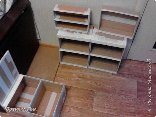 Сегодня я покажу Вам детскую кухню из картонных коробок. Фотографировала на телефон, поэтому качество не очень, но что-то видно. Сначала решила купить, оказалось что ящик из дерева с мойкой, краном и плиткой стоит 5 тыс, а детский стол для кухни 1,2 т.р, плюс 4 стульчика почти по тысяче каждый. Посмотрела... подумала и пошла в Орифлейм!!!))) За коробками!!! Первая фотография - кухня после нескольких месяцев использования!!! фото 5