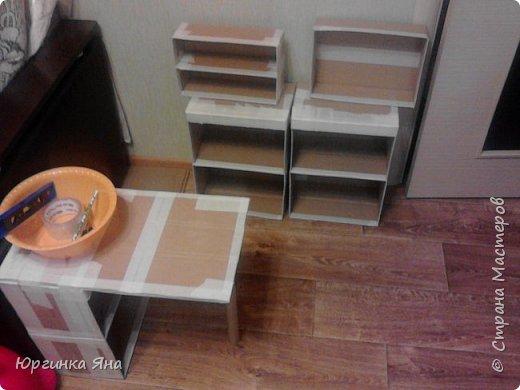 Сегодня я покажу Вам детскую кухню из картонных коробок. Фотографировала на телефон, поэтому качество не очень, но что-то видно. Сначала решила купить, оказалось что ящик из дерева с мойкой, краном и плиткой стоит 5 тыс, а детский стол для кухни 1,2 т.р, плюс 4 стульчика почти по тысяче каждый. Посмотрела... подумала и пошла в Орифлейм!!!))) За коробками!!! Первая фотография - кухня после нескольких месяцев использования!!! фото 6