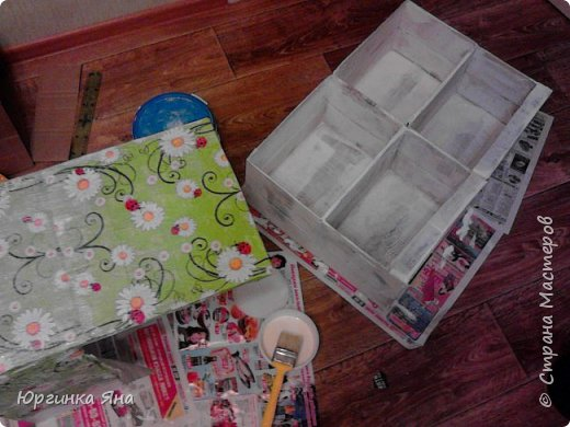 Сегодня я покажу Вам детскую кухню из картонных коробок. Фотографировала на телефон, поэтому качество не очень, но что-то видно. Сначала решила купить, оказалось что ящик из дерева с мойкой, краном и плиткой стоит 5 тыс, а детский стол для кухни 1,2 т.р, плюс 4 стульчика почти по тысяче каждый. Посмотрела... подумала и пошла в Орифлейм!!!))) За коробками!!! Первая фотография - кухня после нескольких месяцев использования!!! фото 8