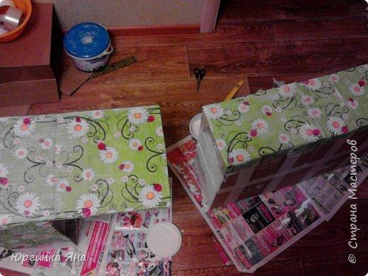 Сегодня я покажу Вам детскую кухню из картонных коробок. Фотографировала на телефон, поэтому качество не очень, но что-то видно. Сначала решила купить, оказалось что ящик из дерева с мойкой, краном и плиткой стоит 5 тыс, а детский стол для кухни 1,2 т.р, плюс 4 стульчика почти по тысяче каждый. Посмотрела... подумала и пошла в Орифлейм!!!))) За коробками!!! Первая фотография - кухня после нескольких месяцев использования!!! фото 9