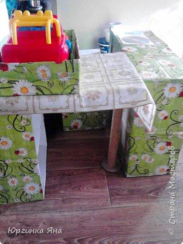 Сегодня я покажу Вам детскую кухню из картонных коробок. Фотографировала на телефон, поэтому качество не очень, но что-то видно. Сначала решила купить, оказалось что ящик из дерева с мойкой, краном и плиткой стоит 5 тыс, а детский стол для кухни 1,2 т.р, плюс 4 стульчика почти по тысяче каждый. Посмотрела... подумала и пошла в Орифлейм!!!))) За коробками!!! Первая фотография - кухня после нескольких месяцев использования!!! фото 13