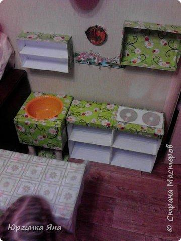 Сегодня я покажу Вам детскую кухню из картонных коробок. Фотографировала на телефон, поэтому качество не очень, но что-то видно. Сначала решила купить, оказалось что ящик из дерева с мойкой, краном и плиткой стоит 5 тыс, а детский стол для кухни 1,2 т.р, плюс 4 стульчика почти по тысяче каждый. Посмотрела... подумала и пошла в Орифлейм!!!))) За коробками!!! Первая фотография - кухня после нескольких месяцев использования!!! фото 15