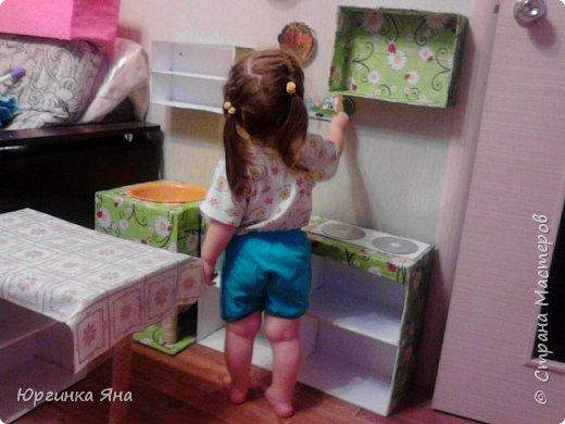 Сегодня я покажу Вам детскую кухню из картонных коробок. Фотографировала на телефон, поэтому качество не очень, но что-то видно. Сначала решила купить, оказалось что ящик из дерева с мойкой, краном и плиткой стоит 5 тыс, а детский стол для кухни 1,2 т.р, плюс 4 стульчика почти по тысяче каждый. Посмотрела... подумала и пошла в Орифлейм!!!))) За коробками!!! Первая фотография - кухня после нескольких месяцев использования!!! фото 16