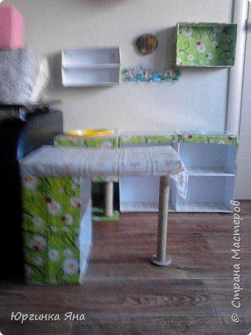 Сегодня я покажу Вам детскую кухню из картонных коробок. Фотографировала на телефон, поэтому качество не очень, но что-то видно. Сначала решила купить, оказалось что ящик из дерева с мойкой, краном и плиткой стоит 5 тыс, а детский стол для кухни 1,2 т.р, плюс 4 стульчика почти по тысяче каждый. Посмотрела... подумала и пошла в Орифлейм!!!))) За коробками!!! Первая фотография - кухня после нескольких месяцев использования!!! фото 17