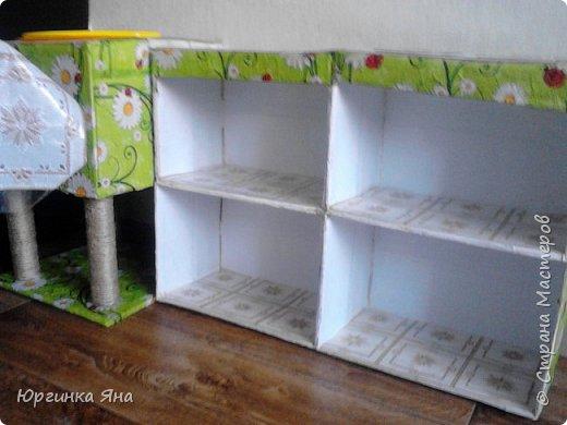 Сегодня я покажу Вам детскую кухню из картонных коробок. Фотографировала на телефон, поэтому качество не очень, но что-то видно. Сначала решила купить, оказалось что ящик из дерева с мойкой, краном и плиткой стоит 5 тыс, а детский стол для кухни 1,2 т.р, плюс 4 стульчика почти по тысяче каждый. Посмотрела... подумала и пошла в Орифлейм!!!))) За коробками!!! Первая фотография - кухня после нескольких месяцев использования!!! фото 18