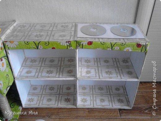 Сегодня я покажу Вам детскую кухню из картонных коробок. Фотографировала на телефон, поэтому качество не очень, но что-то видно. Сначала решила купить, оказалось что ящик из дерева с мойкой, краном и плиткой стоит 5 тыс, а детский стол для кухни 1,2 т.р, плюс 4 стульчика почти по тысяче каждый. Посмотрела... подумала и пошла в Орифлейм!!!))) За коробками!!! Первая фотография - кухня после нескольких месяцев использования!!! фото 22
