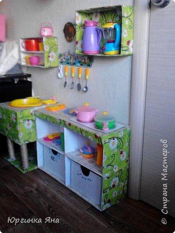 Сегодня я покажу Вам детскую кухню из картонных коробок. Фотографировала на телефон, поэтому качество не очень, но что-то видно. Сначала решила купить, оказалось что ящик из дерева с мойкой, краном и плиткой стоит 5 тыс, а детский стол для кухни 1,2 т.р, плюс 4 стульчика почти по тысяче каждый. Посмотрела... подумала и пошла в Орифлейм!!!))) За коробками!!! Первая фотография - кухня после нескольких месяцев использования!!! фото 30