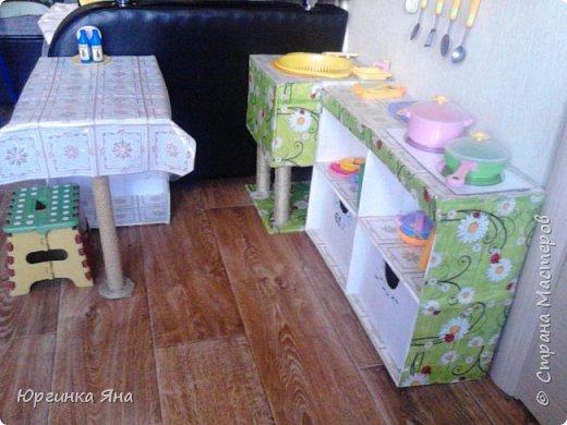 Сегодня я покажу Вам детскую кухню из картонных коробок. Фотографировала на телефон, поэтому качество не очень, но что-то видно. Сначала решила купить, оказалось что ящик из дерева с мойкой, краном и плиткой стоит 5 тыс, а детский стол для кухни 1,2 т.р, плюс 4 стульчика почти по тысяче каждый. Посмотрела... подумала и пошла в Орифлейм!!!))) За коробками!!! Первая фотография - кухня после нескольких месяцев использования!!! фото 31