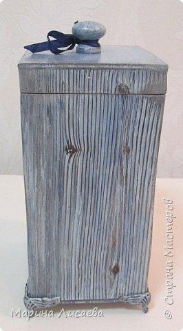 Здравствуйте, мои дорогие жители СМ! Заказали мне короб для кухни в подарок. Условия таковы: цвет синий с серым (в тон кухни одариваемого), обязательно картинка, но и рисунок дерева показать. Вот что у меня получилось. Бантик фиксировать не стала, чтобы его можно было снять. фото 3