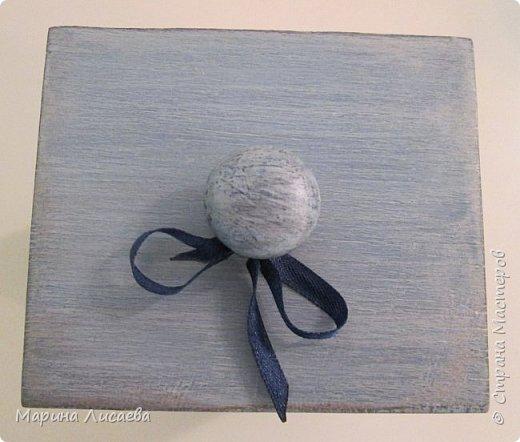 Здравствуйте, мои дорогие жители СМ! Заказали мне короб для кухни в подарок. Условия таковы: цвет синий с серым (в тон кухни одариваемого), обязательно картинка, но и рисунок дерева показать. Вот что у меня получилось. Бантик фиксировать не стала, чтобы его можно было снять. фото 6