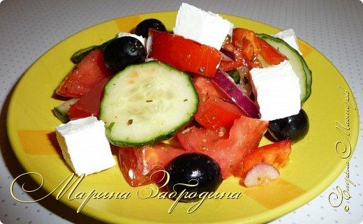 """Привет всем заглянувшим в гости! Рада видеть на своей странице! Приготовим простой, легкий и вкусный салатик """"Греческий"""". Готовится такой салат из помидоров, огурцов, феты, и маслин, заправленный оливковым маслом с солью, чёрным перцем, орегано. Часто в салат добавляют сладкий перец, реже — каперсы или анчоусы.  Особенностями приготовления салата являются крупно порубленные, а не измельчённые овощи. Также следует отметить, что греки при приготовлении салата чистят огурцы от кожуры и не всегда перемешивают блюдо перед подачей на стол, предпочитая это делать непосредственно перед едой.  Начнем приготовление?"""