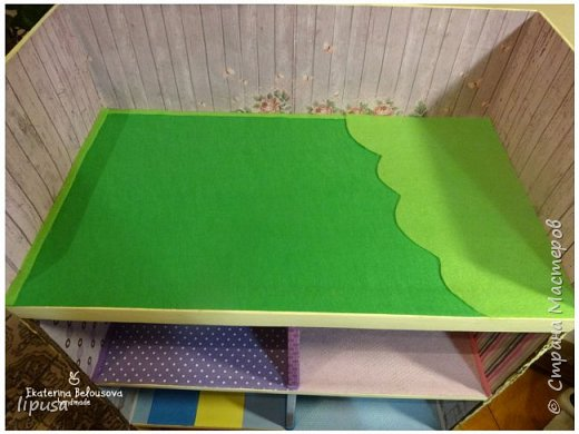 Этот домик я делала из картонной коробки для маленьких кукол и зверят LPS. Идея была такая: создать яркий, красочный, веселый домик для детских игр. Домик был создан мной для игр моих дочек. У них очень много зверушек LPS. То, что продается в магазине меня не устраивает по цене и функциональности, поэтому было решено сделать домик. С деревом я, к сожалению, не умею работать, (да и инструментов нет) поэтому решила сделать из коробки. Ну а поскольку, я его делала постепенно, то успевала фотографировать этапы. фото 13