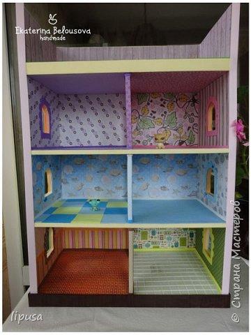 Этот домик я делала из картонной коробки для маленьких кукол и зверят LPS. Идея была такая: создать яркий, красочный, веселый домик для детских игр. Домик был создан мной для игр моих дочек. У них очень много зверушек LPS. То, что продается в магазине меня не устраивает по цене и функциональности, поэтому было решено сделать домик. С деревом я, к сожалению, не умею работать, (да и инструментов нет) поэтому решила сделать из коробки. Ну а поскольку, я его делала постепенно, то успевала фотографировать этапы. фото 1