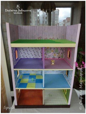 Этот домик я делала из картонной коробки для маленьких кукол и зверят LPS. Идея была такая: создать яркий, красочный, веселый домик для детских игр. Домик был создан мной для игр моих дочек. У них очень много зверушек LPS. То, что продается в магазине меня не устраивает по цене и функциональности, поэтому было решено сделать домик. С деревом я, к сожалению, не умею работать, (да и инструментов нет) поэтому решила сделать из коробки. Ну а поскольку, я его делала постепенно, то успевала фотографировать этапы. фото 2