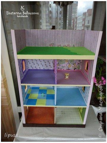 Этот домик я делала из картонной коробки для маленьких кукол и зверят LPS. Идея была такая: создать яркий, красочный, веселый домик для детских игр. Домик был создан мной для игр моих дочек. У них очень много зверушек LPS. То, что продается в магазине меня не устраивает по цене и функциональности, поэтому было решено сделать домик. С деревом я, к сожалению, не умею работать, (да и инструментов нет) поэтому решила сделать из коробки. Ну а поскольку, я его делала постепенно, то успевала фотографировать этапы. фото 3