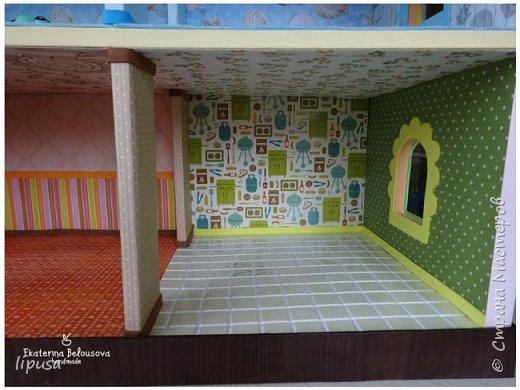 Этот домик я делала из картонной коробки для маленьких кукол и зверят LPS. Идея была такая: создать яркий, красочный, веселый домик для детских игр. Домик был создан мной для игр моих дочек. У них очень много зверушек LPS. То, что продается в магазине меня не устраивает по цене и функциональности, поэтому было решено сделать домик. С деревом я, к сожалению, не умею работать, (да и инструментов нет) поэтому решила сделать из коробки. Ну а поскольку, я его делала постепенно, то успевала фотографировать этапы. фото 7