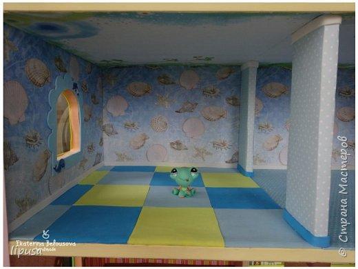 Этот домик я делала из картонной коробки для маленьких кукол и зверят LPS. Идея была такая: создать яркий, красочный, веселый домик для детских игр. Домик был создан мной для игр моих дочек. У них очень много зверушек LPS. То, что продается в магазине меня не устраивает по цене и функциональности, поэтому было решено сделать домик. С деревом я, к сожалению, не умею работать, (да и инструментов нет) поэтому решила сделать из коробки. Ну а поскольку, я его делала постепенно, то успевала фотографировать этапы. фото 8