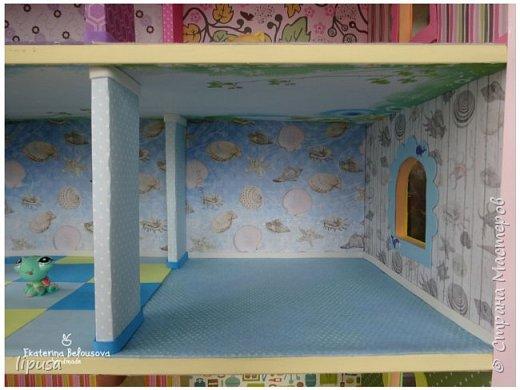 Этот домик я делала из картонной коробки для маленьких кукол и зверят LPS. Идея была такая: создать яркий, красочный, веселый домик для детских игр. Домик был создан мной для игр моих дочек. У них очень много зверушек LPS. То, что продается в магазине меня не устраивает по цене и функциональности, поэтому было решено сделать домик. С деревом я, к сожалению, не умею работать, (да и инструментов нет) поэтому решила сделать из коробки. Ну а поскольку, я его делала постепенно, то успевала фотографировать этапы. фото 9