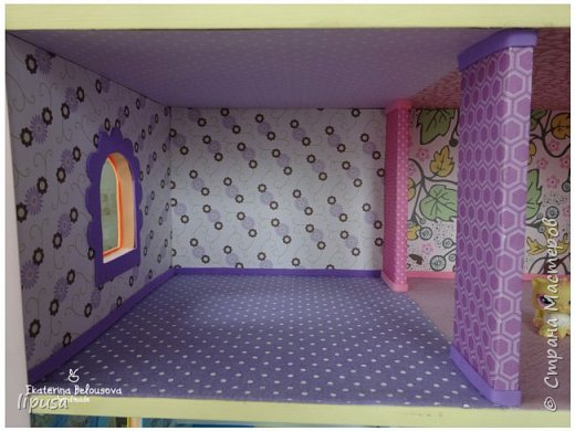 Этот домик я делала из картонной коробки для маленьких кукол и зверят LPS. Идея была такая: создать яркий, красочный, веселый домик для детских игр. Домик был создан мной для игр моих дочек. У них очень много зверушек LPS. То, что продается в магазине меня не устраивает по цене и функциональности, поэтому было решено сделать домик. С деревом я, к сожалению, не умею работать, (да и инструментов нет) поэтому решила сделать из коробки. Ну а поскольку, я его делала постепенно, то успевала фотографировать этапы. фото 10
