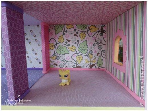 Этот домик я делала из картонной коробки для маленьких кукол и зверят LPS. Идея была такая: создать яркий, красочный, веселый домик для детских игр. Домик был создан мной для игр моих дочек. У них очень много зверушек LPS. То, что продается в магазине меня не устраивает по цене и функциональности, поэтому было решено сделать домик. С деревом я, к сожалению, не умею работать, (да и инструментов нет) поэтому решила сделать из коробки. Ну а поскольку, я его делала постепенно, то успевала фотографировать этапы. фото 11