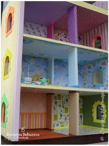 Этот домик я делала из картонной коробки для маленьких кукол и зверят LPS. Идея была такая: создать яркий, красочный, веселый домик для детских игр. Домик был создан мной для игр моих дочек. У них очень много зверушек LPS. То, что продается в магазине меня не устраивает по цене и функциональности, поэтому было решено сделать домик. С деревом я, к сожалению, не умею работать, (да и инструментов нет) поэтому решила сделать из коробки. Ну а поскольку, я его делала постепенно, то успевала фотографировать этапы. фото 4