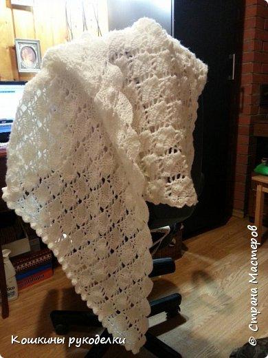 Связала шаль маме в подарок на День Рождения. Нитки 50% шерсть, 50 % акрил. Несмотря на такое большое содержание акрила, шаль тёплая:) А ещё она мягкая и большая:)
