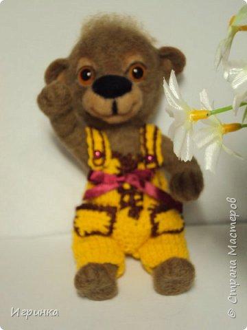 Всем доброго времени суток! Вдохновившись валяшками Татьяны Бараковой решила свалять медвежонка. Родился он у меня худенький, ростиком 16 см. фото 5