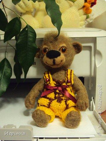 Всем доброго времени суток! Вдохновившись валяшками Татьяны Бараковой решила свалять медвежонка. Родился он у меня худенький, ростиком 16 см. фото 2