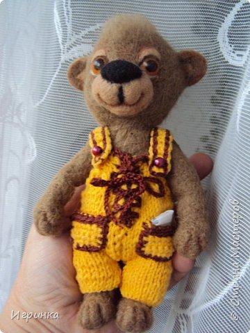 Всем доброго времени суток! Вдохновившись валяшками Татьяны Бараковой решила свалять медвежонка. Родился он у меня худенький, ростиком 16 см. фото 6