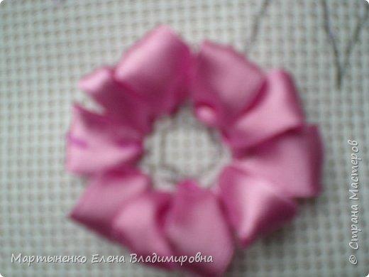 Всем, добрый день! Предлагаю небольшой мастер-класс объемного цветка. Идея цветка взята у бразильских мастериц. Для вышивки использованы атласные ленты ш.=12 мм. для цветка и ш.=6 мм. для листиков. фото 3