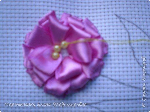 Всем, добрый день! Предлагаю небольшой мастер-класс объемного цветка. Идея цветка взята у бразильских мастериц. Для вышивки использованы атласные ленты ш.=12 мм. для цветка и ш.=6 мм. для листиков. фото 9