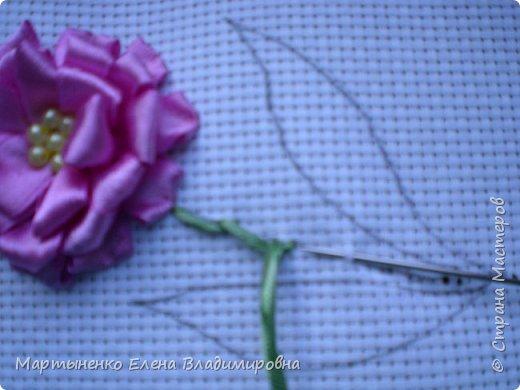 Всем, добрый день! Предлагаю небольшой мастер-класс объемного цветка. Идея цветка взята у бразильских мастериц. Для вышивки использованы атласные ленты ш.=12 мм. для цветка и ш.=6 мм. для листиков. фото 11