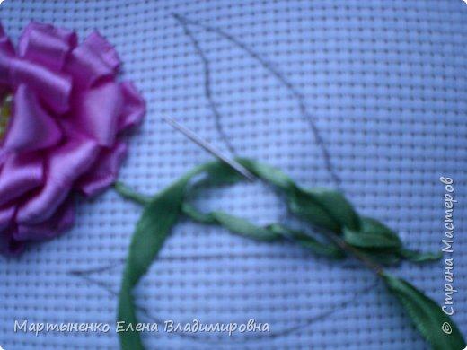 Всем, добрый день! Предлагаю небольшой мастер-класс объемного цветка. Идея цветка взята у бразильских мастериц. Для вышивки использованы атласные ленты ш.=12 мм. для цветка и ш.=6 мм. для листиков. фото 12