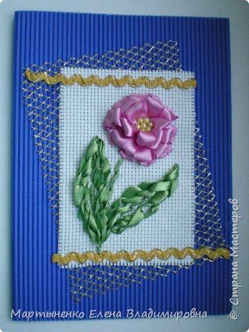 Всем, добрый день! Предлагаю небольшой мастер-класс объемного цветка. Идея цветка взята у бразильских мастериц. Для вышивки использованы атласные ленты ш.=12 мм. для цветка и ш.=6 мм. для листиков. фото 1