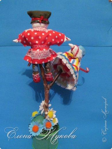 Немного не успела я с конкурсными работами . Смерть двоюродного брата смешала все планы, еле -еле успела последнюю детскую работу догрузитьи уехала на похороны. Сегодня вот вернулась и решила показать последнюю выполненную для конкурса  работу  в блоге Народная кукла Мировое дерево или Роща. Такую куклу обычно делали к свадьбе. Ею украшали свадебный пирог и хранили потом всю жизнь как оберег семейного мира. фото 1