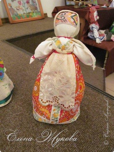 Немного не успела я с конкурсными работами . Смерть двоюродного брата смешала все планы, еле -еле успела последнюю детскую работу догрузитьи уехала на похороны. Сегодня вот вернулась и решила показать последнюю выполненную для конкурса  работу  в блоге Народная кукла Мировое дерево или Роща. Такую куклу обычно делали к свадьбе. Ею украшали свадебный пирог и хранили потом всю жизнь как оберег семейного мира. фото 4