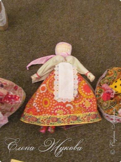 Немного не успела я с конкурсными работами . Смерть двоюродного брата смешала все планы, еле -еле успела последнюю детскую работу догрузитьи уехала на похороны. Сегодня вот вернулась и решила показать последнюю выполненную для конкурса  работу  в блоге Народная кукла Мировое дерево или Роща. Такую куклу обычно делали к свадьбе. Ею украшали свадебный пирог и хранили потом всю жизнь как оберег семейного мира. фото 10