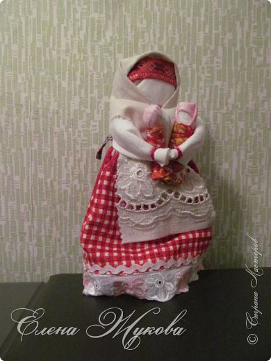 Немного не успела я с конкурсными работами . Смерть двоюродного брата смешала все планы, еле -еле успела последнюю детскую работу догрузитьи уехала на похороны. Сегодня вот вернулась и решила показать последнюю выполненную для конкурса  работу  в блоге Народная кукла Мировое дерево или Роща. Такую куклу обычно делали к свадьбе. Ею украшали свадебный пирог и хранили потом всю жизнь как оберег семейного мира. фото 12