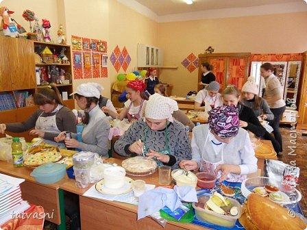 """Такой торт приготовила на технологии ученица 8 класса - Полина! Ромашка - символ семьи, любви и верности! Как хорошая хозяйка, она понимает, что женщина в семье должна хорошо готовить и кормить свою семью! И на день рождение и на любой праздник нужно уметь самой """"сматерить"""" вкусный тортик! фото 2"""