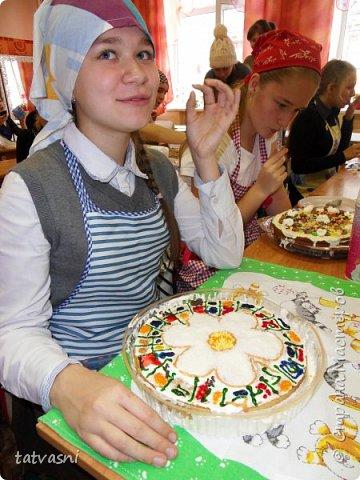 """Такой торт приготовила на технологии ученица 8 класса - Полина! Ромашка - символ семьи, любви и верности! Как хорошая хозяйка, она понимает, что женщина в семье должна хорошо готовить и кормить свою семью! И на день рождение и на любой праздник нужно уметь самой """"сматерить"""" вкусный тортик! фото 5"""