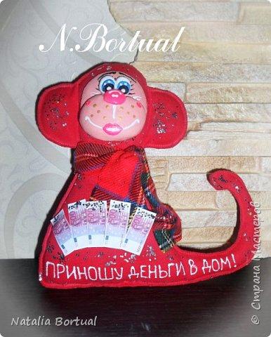 Доброго времени суток любимая СМ!!!! Хочу сегодня поделится с вами своими новы работами, а именно текстильными сувенирами - символом 2016 года Обезьянками!!! Пока их 2, но скоро они начнут размножаться!!!))) Сама обезьянка сшита из красного джинса, наполнена синтепоном, а мордочка из соленого теста!!!!*)) И так это первая бибизяна женского рода, деньги в дом приносящая!!!*))