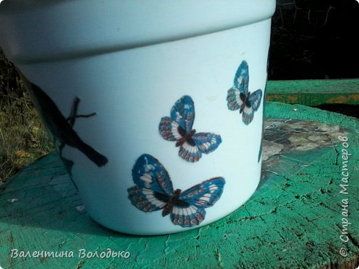 """Здравствуйте дорогие мастера и мастерицы!!!Немножко украсила свой вазон.Была распечатка птицы и бабочки на фоне Эфелевой башни.Полностью не придумала куда ее пристроить,а птицы и бабочки прилетели на вазон.Картинка одинаковая с двух сторон вазона.Клеила """"мордой в лак"""" фото 3"""