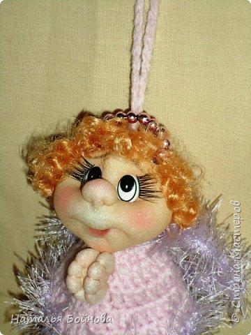 Дорогие друзья! Впереди нас ждет череда Новогодних и Рождественских праздников. Эта самая волнующая и долгожданная пора, приносящая всем бесконечную радость… Начинаем подготовку уже сейчас. Я хочу представить вам небольшой МК по изготовлению подвесного Рождественского Ангелочка, который изготавливается с использованием техники шитья и вязания крючком. Эта маленькая куколка может быть игрушкой на ёлку, а так же подвеской в автомобиль на зеркало заднего вида. фото 33