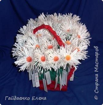 В августе-сентябре делала всего очень много, но почти не фотографировала. Всего несколько фото есть.   25-26 сентября в Курске прошла акция «Белый цветок». Нашими горожанами было сделано более  белых 40 тысяч цветов. А это вклад нашей семьи в акцию. Сделали корзинку с цветами.