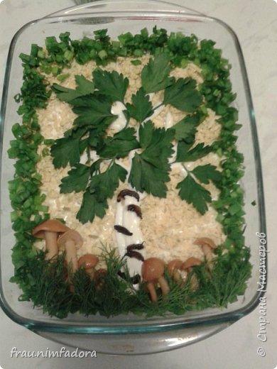"""салат """"березка"""" .состав: отварное куриное филе, жаренные с луком грибы, маринованные огурцы и яйца, все слоями с майонезом. делали с 4-х летней дочкой, она украшала салат - делала травку с листиками и листочки у березы. фото 1"""