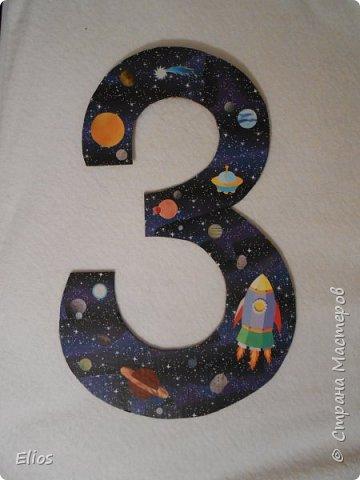 """Скоро у нашего старшенького (уже старшенького))) будет три годика. А так как малой интересуется всем """"касманатским"""" - троечку на праздник решили делать в космической теме. Размер работы как формат А3."""