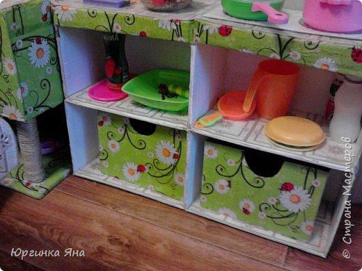 Сегодня я покажу Вам детскую кухню из картонных коробок. Фотографировала на телефон, поэтому качество не очень, но что-то видно. Сначала решила купить, оказалось что ящик из дерева с мойкой, краном и плиткой стоит 5 тыс, а детский стол для кухни 1,2 т.р, плюс 4 стульчика почти по тысяче каждый. Посмотрела... подумала и пошла в Орифлейм!!!))) За коробками!!! Первая фотография - кухня после нескольких месяцев использования!!! фото 32