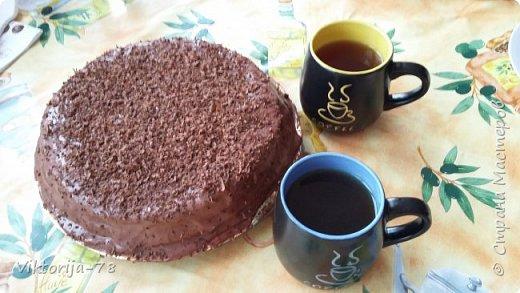 """Всем доброго времени суток! Ко дню рождения мужа состряпала тортик, конечно же рецепт взят из интернета. Тесто делается быстро и легко, главное заранее приготовить форму и разогреть духовку, чтобы бисквит был воздушным.. Очень нежный и безумно вкусный тортик!!!!<br /> <br /> Форму для бисквита смазать сливочным маслом и обсыпать мукой (если нет пергамента). Духовку разогреть до 180*<br /> <br /> Для теста : 1ст. сахара, 1ст. муки, 4 яйца, ванилин 1ч.л.  <br /> Замес теста: белок+сахар взбить до увеличения в объеме +желток (не останавливая взбивания)+ просеянная мука с ванилином = взбиваем до воздушной пены,  нежно выливаем в форму и сразу отправляем в духовку, на 30-35 минут. Во время выпекания духовку открывать НЕЛЬЗЯ!!!, чтобы тесто не осело! Готовое тесто должно остыть, и потом можно достать из формы. Корж разрезать пополам и пропитать сиропом или коньяком (я использовала """"Амаретто""""). фото 8"""